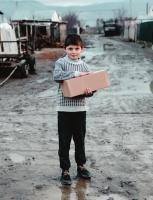 В библиотеке работает пункт приема рождественских подарков для детей беженцев