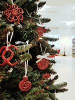 В библиотеке откроется выставка елочных украшений из глины