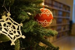 Выставка рождественских ёлочных украшений в Латгальской Центральной библиотеке