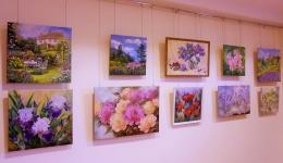 """Lilijas Buročkinas gleznu izstāde """"Ziedu noskaņojums""""Piekrastes bibliotēkā"""
